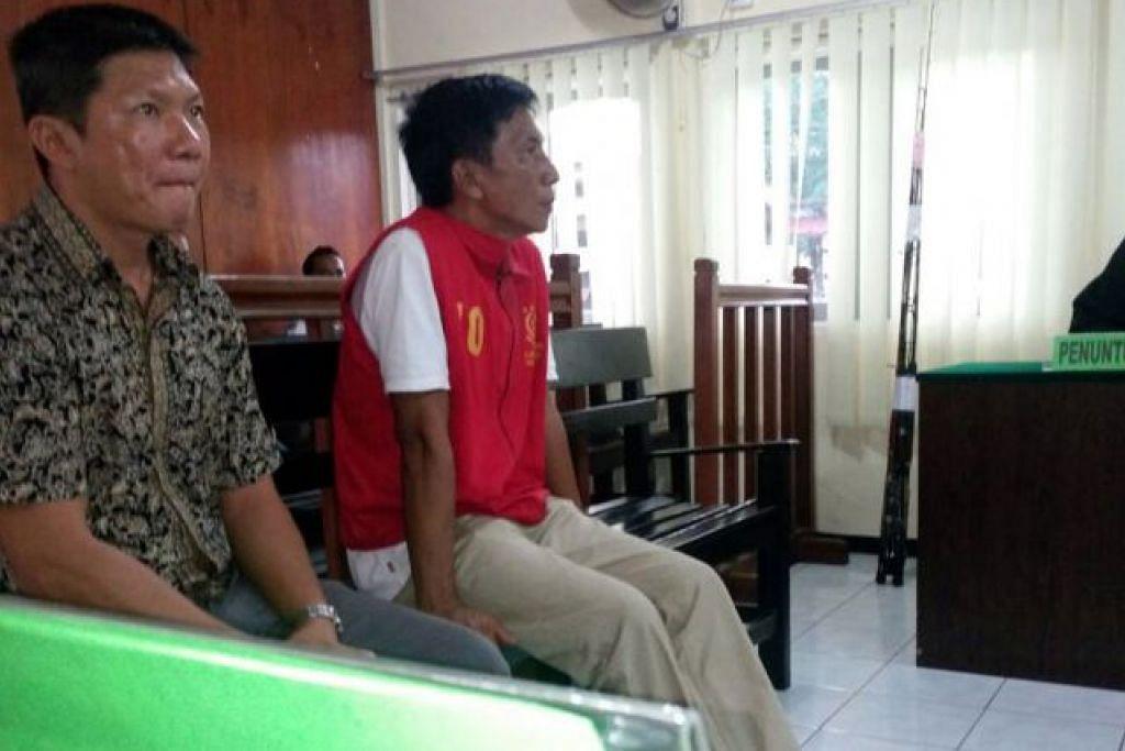 Encik Shoo Chiau Huat (memakai vest merah tertuduh) duduk di sebelah seorang jurubahasa semasa   perbicaraan mahkamah di Tanjung Pinang pada 20 Jun 2016.