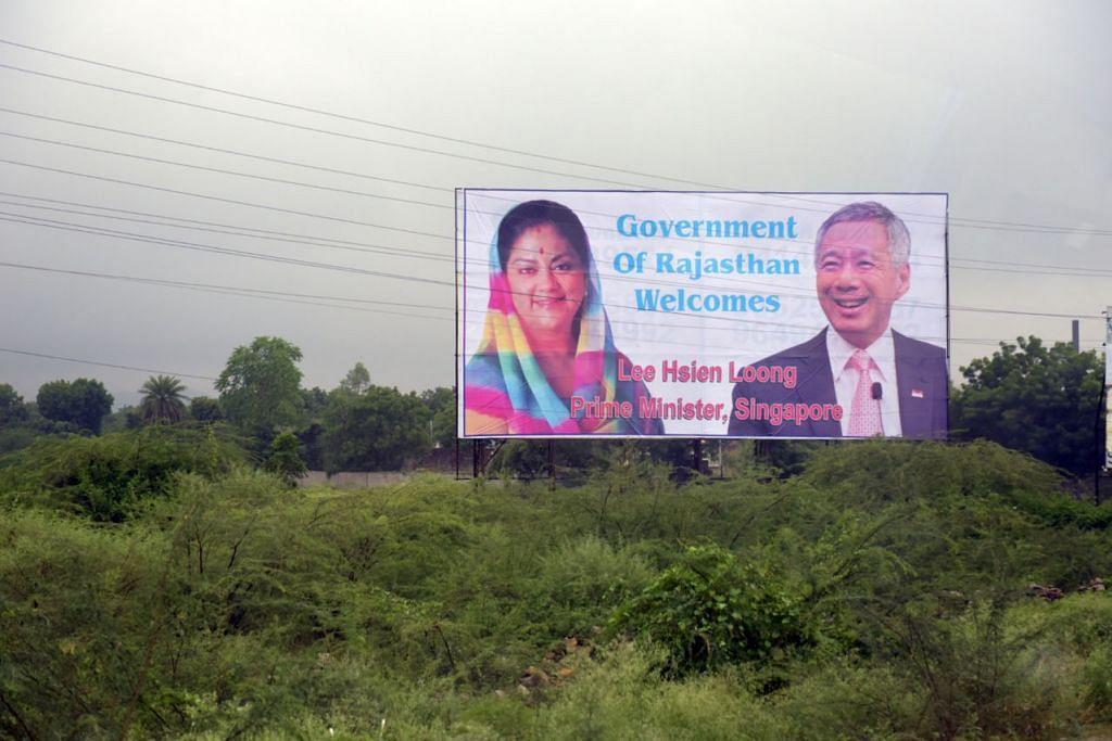 Poster di tepi jalan di Udaipur menyambut kedatangan Encik Lee Hsien Loong pada 5 Oktober 2016. Turut dipaparkan ialah Ketua Menteri Rajasthan, Cik Vasundhara Raje.