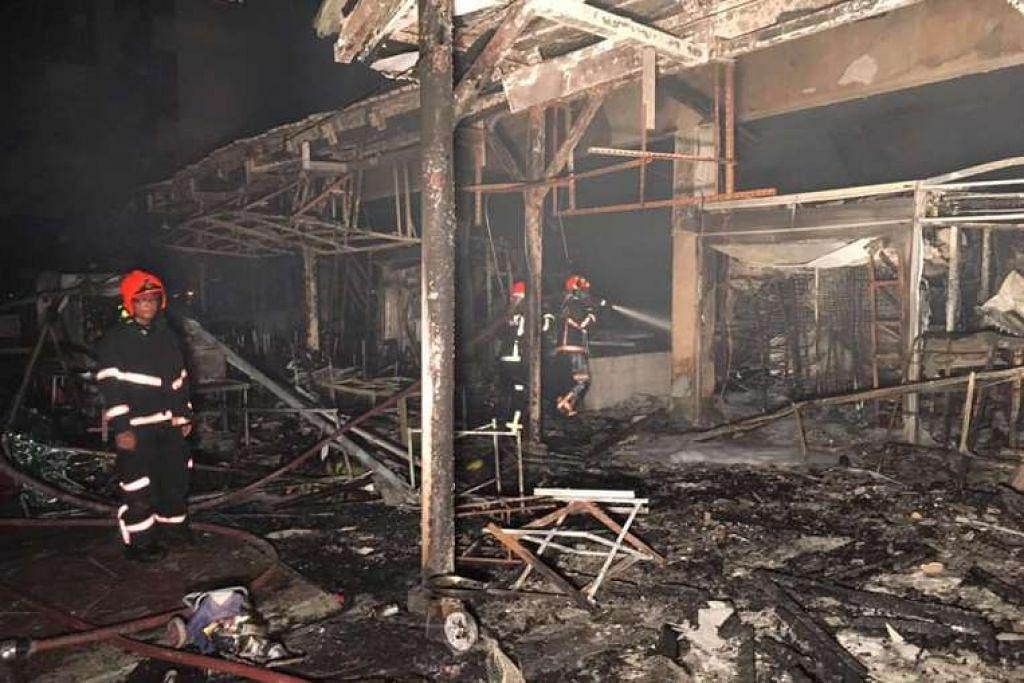 Kakitangan SCDF memeriksa tapak kebakaran selepas api dipadamkan.