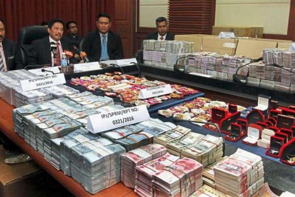 Wang tunai dan barang kemas yang dirampas semasa serbuan dipamerkan pada sidang akhbar di Kota Kinabalu.