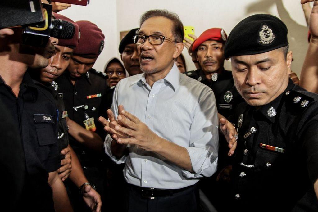 Datuk Seri Anwar Ibrahim diiring polis keluar dari bangunan mahkamah di Kuala Lumpur pada 5 September 2016.