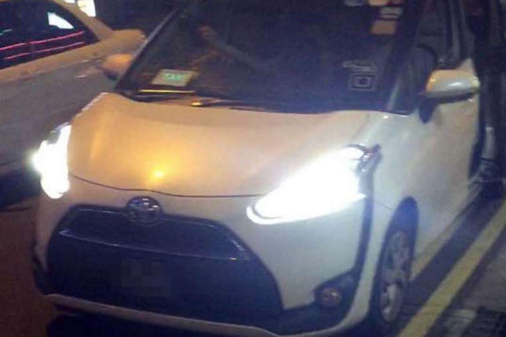 Sebuah kereta Sienta Toyota dengan logo Uber dan tanda teksi LED diletak di luar Mustafa Centre baru-baru ini. Gambar ini disiarkan dua minggu lalu oleh pengguna Facebook Mohamed Hanas .PHOTO: SINGAPURA TAXI DRIVER FACEBOOK PAGE