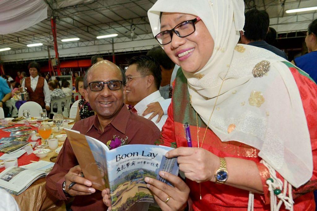 BUKU KHAS: Encik Tharman beramah dengan Cik Sakinah Jamim, antara penduduk Boon Lay yang disorot buku khas sempena ulang tahun ke-40 kawasan itu. – Foto TUKIMAN WARJI
