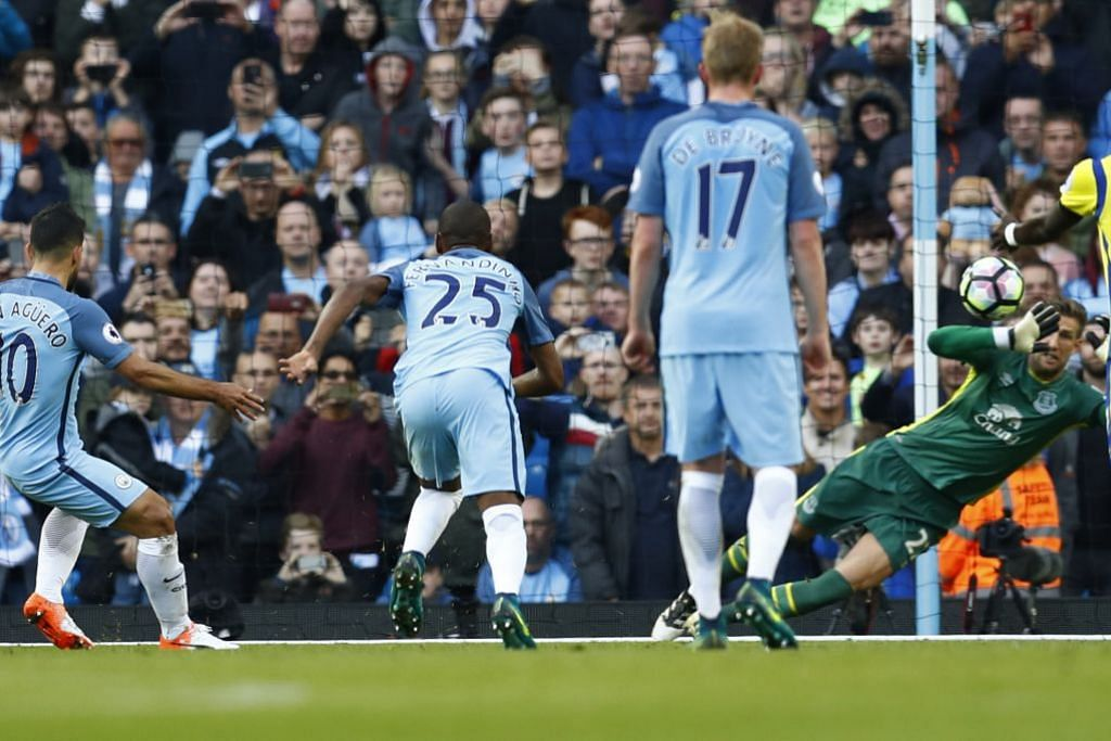 Penjaga gol Everton, Marten Stekelenburg, menyelamatkan sepakan penalti pemain Manchester City, Sergio Aguero, dalam perlawanan EPL yang berakhir dengan seri 1-1 di Stadium Etihad pada Sabtu (15 Okt).