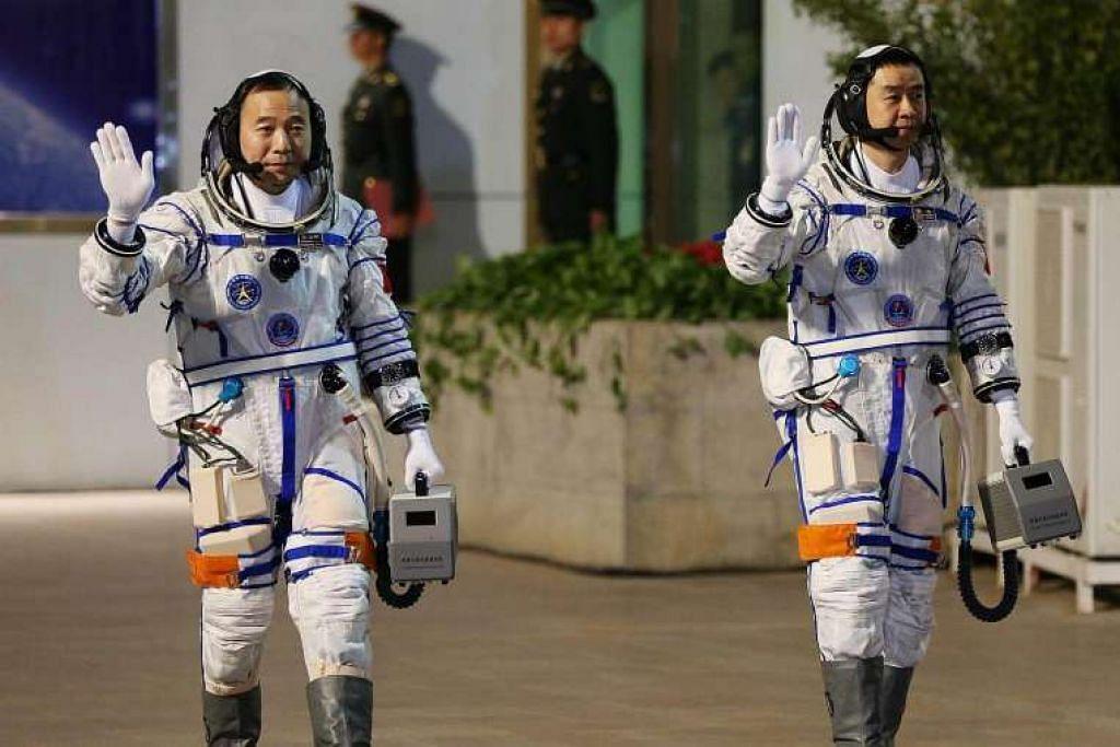 Angkasawan Chen Dong (kiri) dan Jin Haipeng pada satu majlis perpisahan sebelum pelancaran kapal angkasa lepas Shenzhou-11 di Pusat Pelancaran Satelit Jiuquan.
