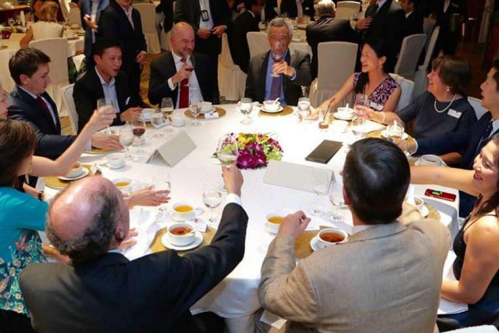 Encik Lee Hsien Loong di majlis jamuan malam perjumpaan semula alumni Universiti Cambridge dalam gambar daripada laman Facebook beliau.