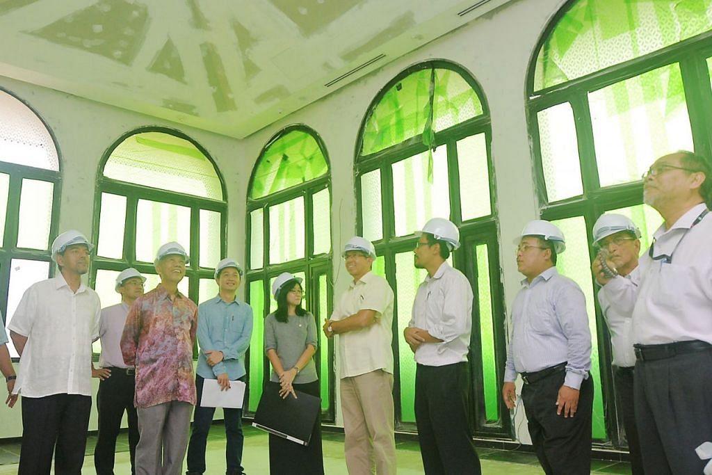 TINGGAL KELENGKAPAN: Dr Yaacob (lima dari kanan) dan Haji Abdul Razak Maricar (kiri) antara mereka yang meninjau auditorium Masjid Yusof Ishak yang hampir siap. - Foto-foto KHALID BABA