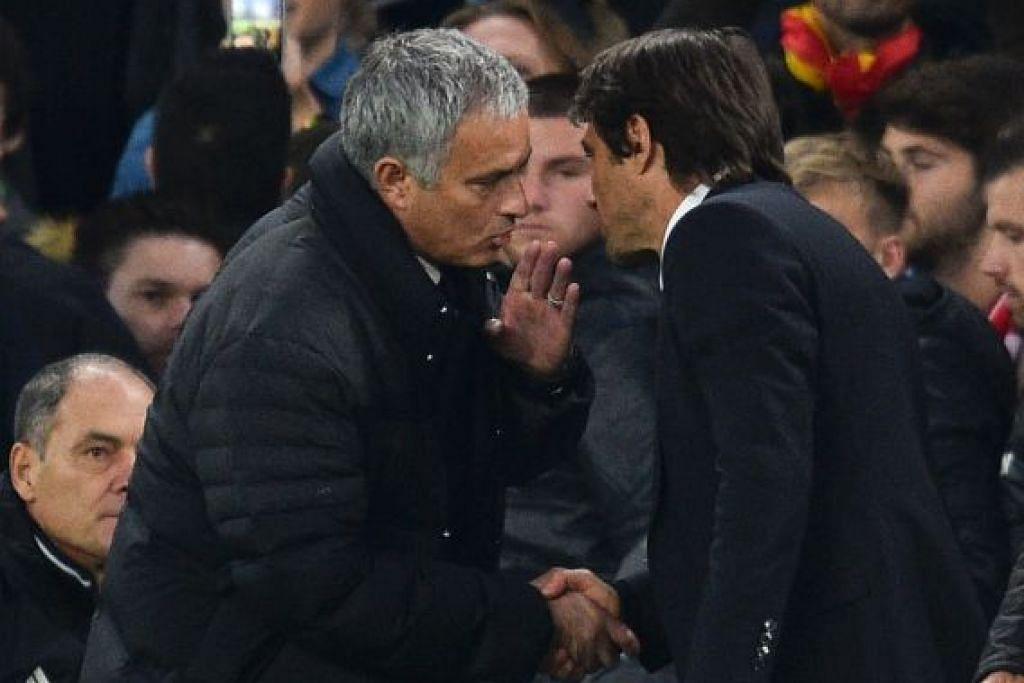 Pengurus Manchester United, Jose Mourinho (kiri), berjabat tangan dan membisikkan sesuatu dalam bahasa Italy ke telinga pengurus Chelsea, Antonio Conte, selepas kemenangan 4-0 Chelsea dalam perlawanan EPL di Stamford Bridge pada Ahad (23 Okt).