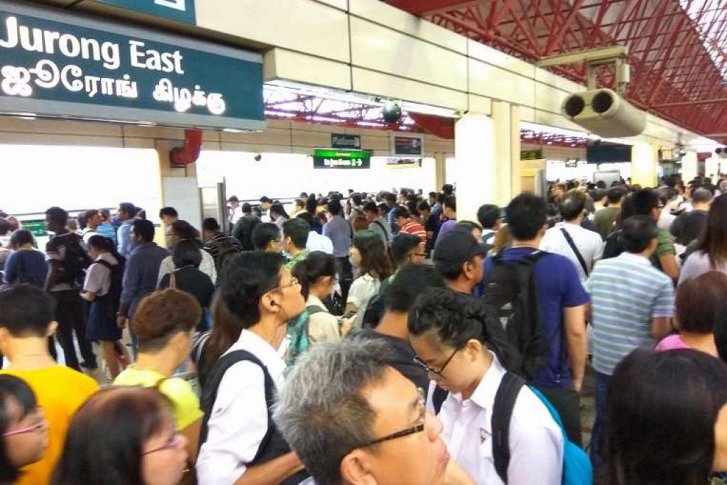 Penumpang di platform kereta api yang sesak di stesen Jurong East.