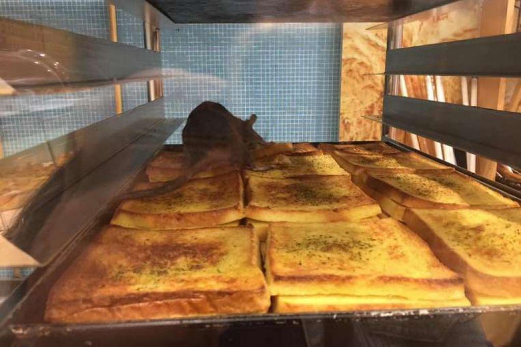 Komugi Bakery Malaysia memohon maaf selepas pelanggan mengadu tentang tikus berada pada rotinya yang baru dimasak.