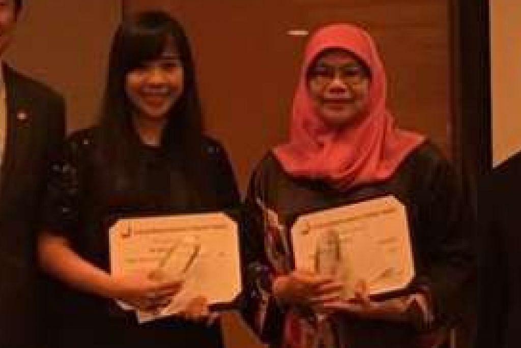 Pemenang Anugerah Guru Ekonomi Cemerlang, Cik Deborah How dan Cik Rahimah Salim.