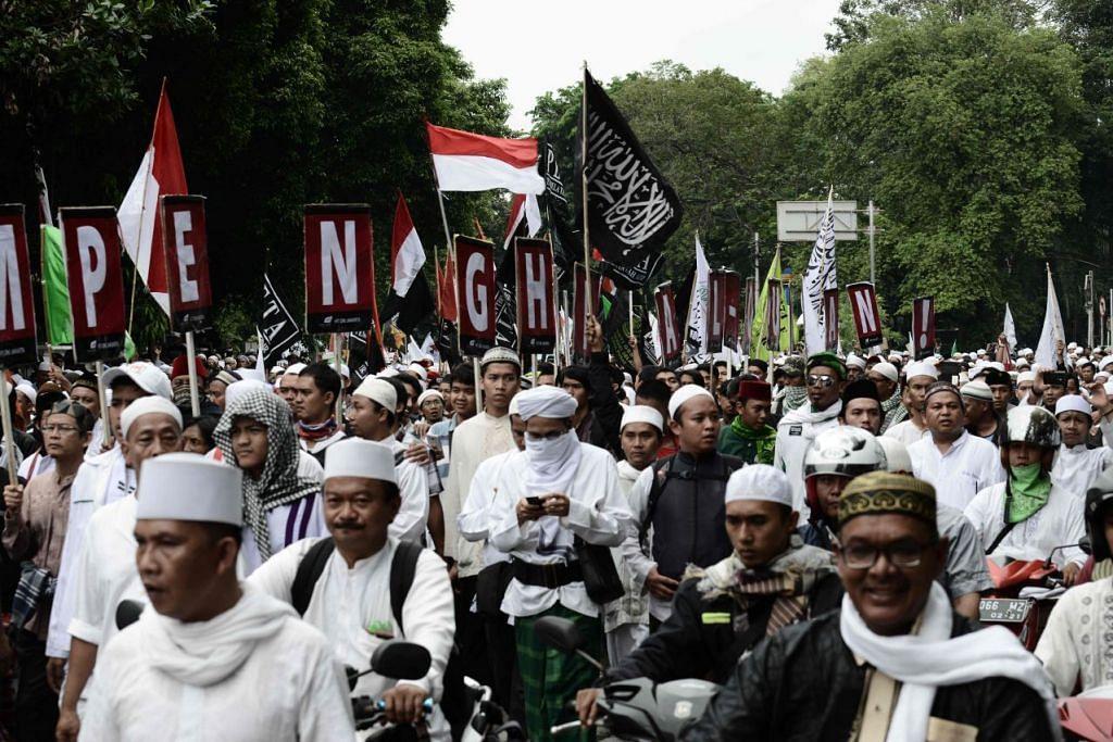 Beribu-ribu Muslim berarak sebagai bantahan terhadap gabenor Jakarta, Encik  Basuki Tjahaja Purnama, yang dikenali dengan nama samaran beliau Ahok, di luar pejabatnya di Jakarta pada 14 Oktober 2016.