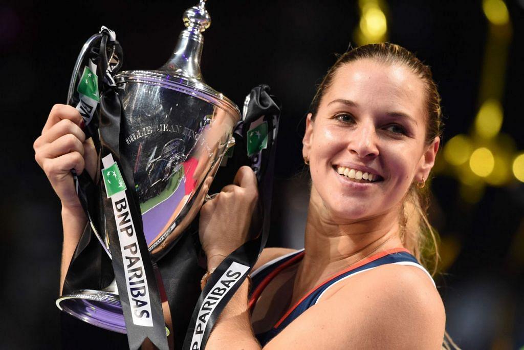 Dominika Cibulkova meraikan kejayaannya memenangi kejohanan Pusingan Akhir Persatuan Tenis Wanita (WTA) Singapura BNP Paribas di Stadium Tertutup Singapura pada Ahad (30 Okt).