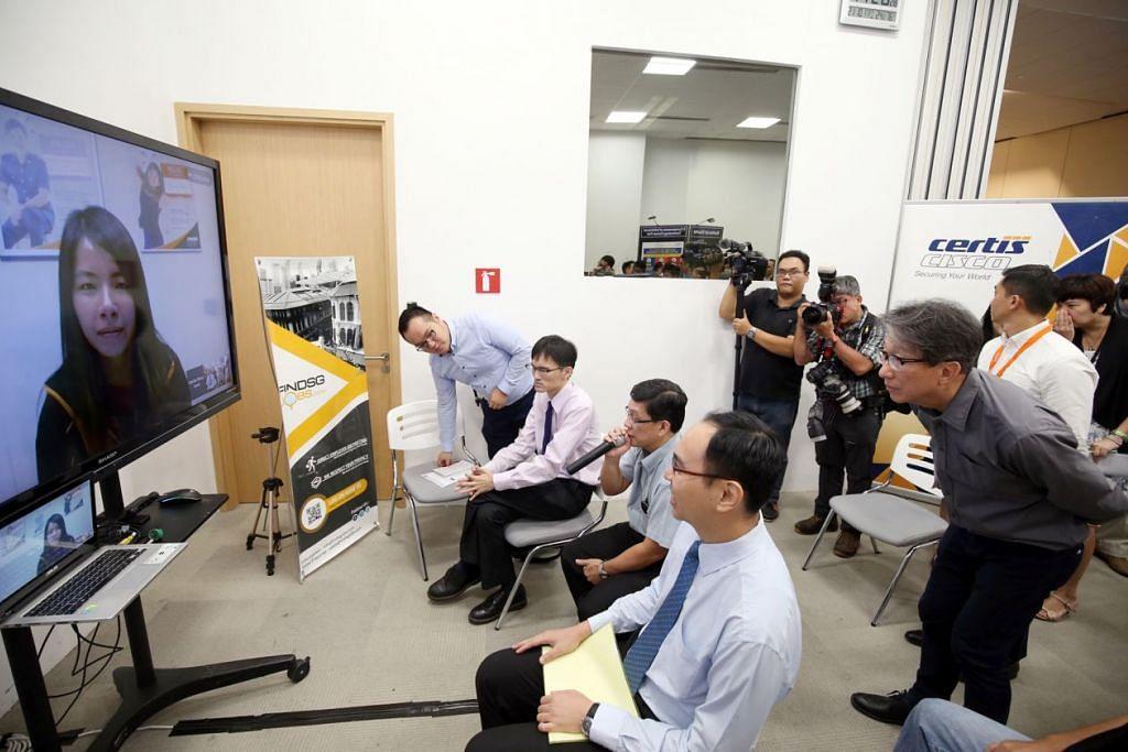 Menteri Tenaga Manusia, Encik Lim Swee Say (kanan), di perasmian Hari Perkhidmatan Kerjaya Pemacu Kemahiran Teknologi baru-baru ini. Semasa acara itu, dua program dilancarkan untuk membantu karyawan ICT dan mereka yang ingin menceburi sektor tersebut.