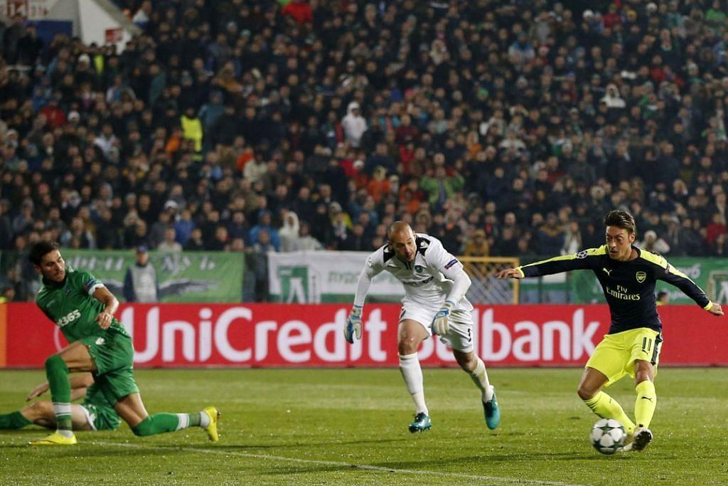 Mesut Ozil menjaringkan gol ketiga Arsenal, yang mengalahkan Ludogorets Razgrad 3-2 dalam perlawanan Kumpulan A Liga Juara-Juara di Stadium Nasional Vasil Levski pada Selasa (1 Nov).