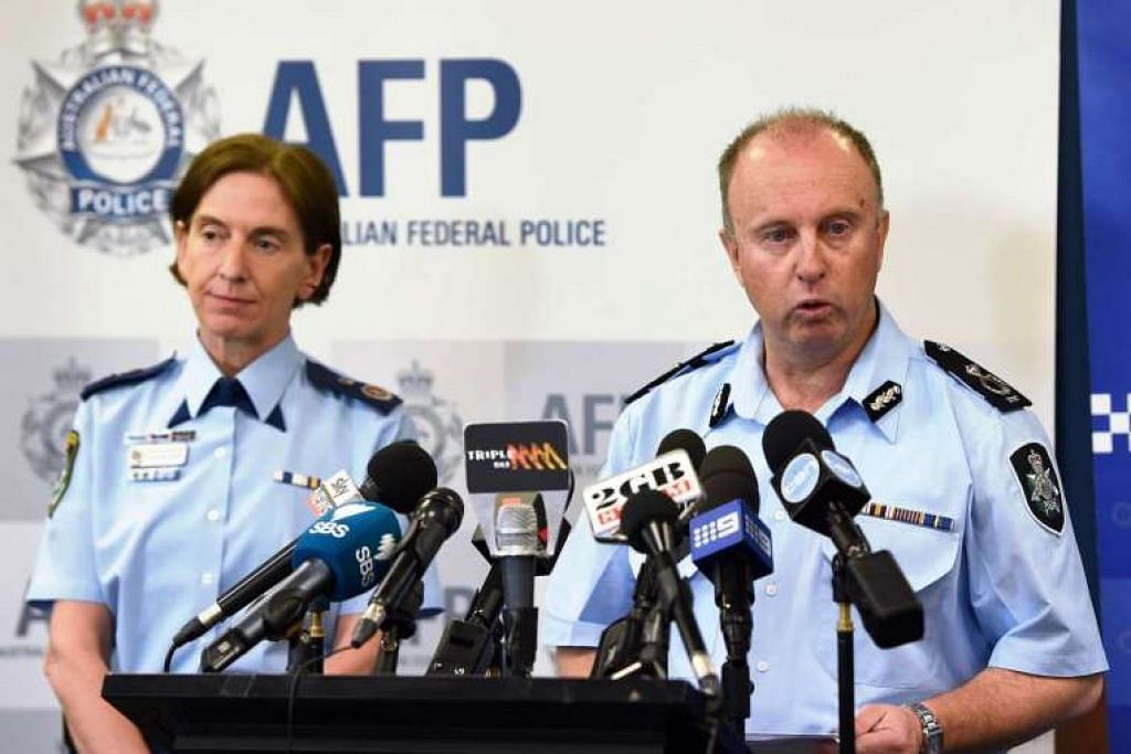 ACP Neil Gaughan (kanan) dalam sidang akhbar bersama  Pesuruhjaya Polis  New South Wales Catherine Burn di Sydney pada 3 Nov 2016.
