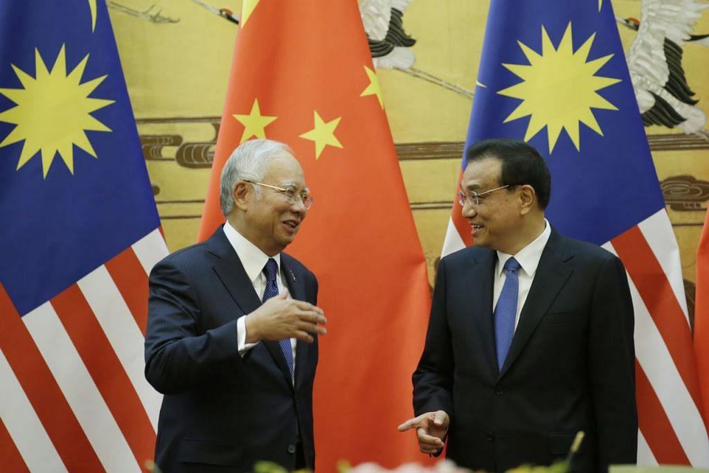 Perdana Menteri Malaysia, Datuk Seri Najib Razak, dan Perdana Menteri China, Encik Li Keqiang, menghadiri majlis menandatangani perjanjian di Dewan Besar Rakyat di Beijing pada 1 November 2016.