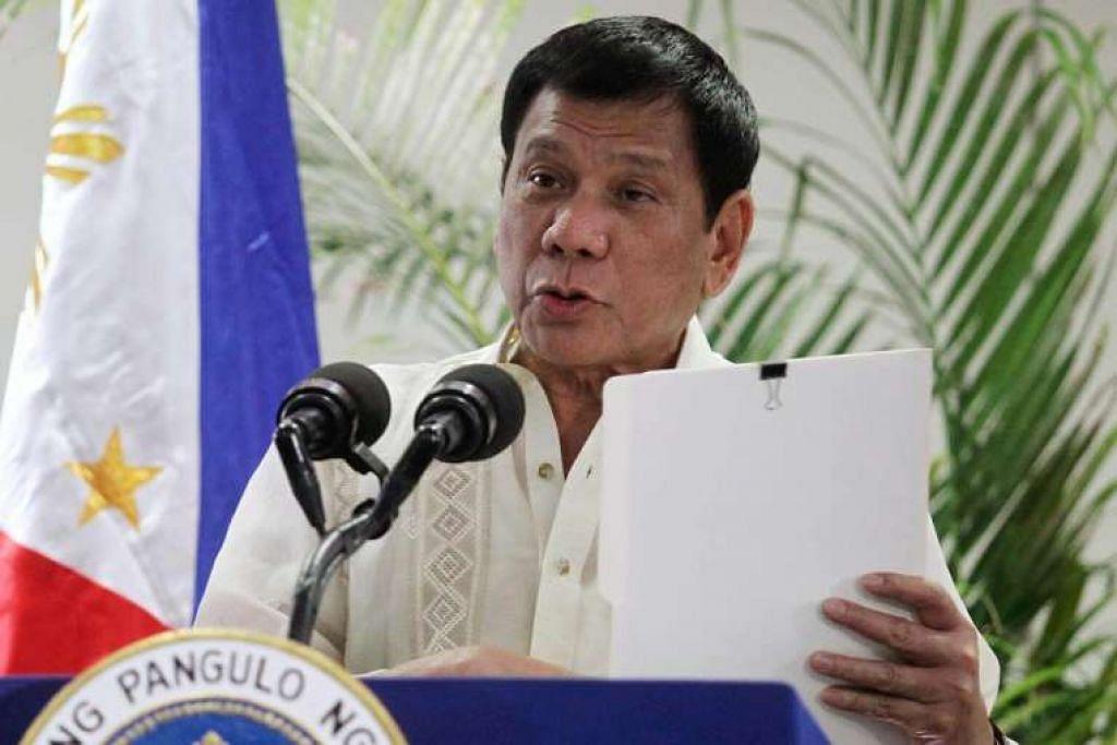 Presiden Filipina, Encik Rodrigo Duterte, bercakap selepas tiba dari Malaysia di Lapangan Terbang Antaabangsa  Davao pada 11 Nov 2016.