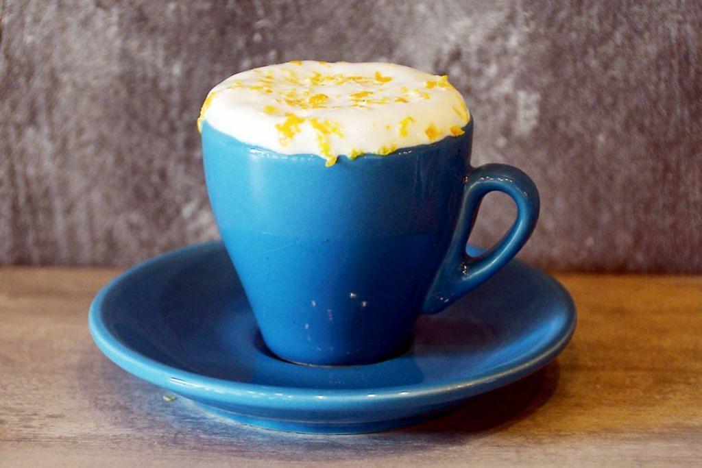 MINUMAN CIPTAAN SENDIRI: Coffee Orangiata (atas) dan teh susu Thai dihasilkan sendiri Cik Mardianah yangtelah menjalani kursus membuat minuman.