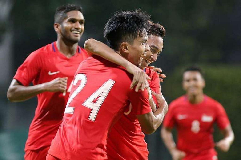 Yasir Hanapi (nombor 24) meraikan golnya bersama Faris Ramli (dua dari kanan) dan Hariss Harun (kiri) dalam kemenangan 1-0 Singapura ke atas Kemboja di Stadium Bishan pada Ahad (13 Nov 2016) malam.