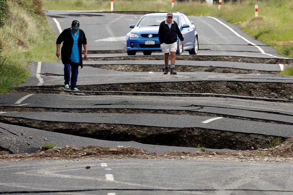 Penduduk tempatan Chris dan Viv Young melihat kerosakan yang disebabkan oleh gempa bumi, di lebuh raya State Highway One berhampiran bandar Ward, New Zealand.