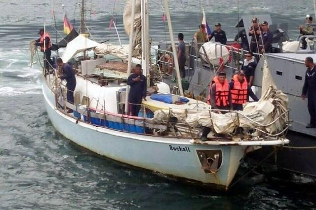 Askar Filipina memeriksa kapal layar Rockall, yang dijumpai hanyut pada 6 November 2016, dekat pulau Laparan di wilayah Sulu, kubu kuat Abu Sayyaf. Kumpulan pelampau itu menculik pemilik kapal layar itu, Encik Jurgen Kantner, dan membunuh isteri beliau, Cik Sabrina Wetch. Kapal layar ini ditemui pada hari yang sama, dengan mayat Cik Wetch.