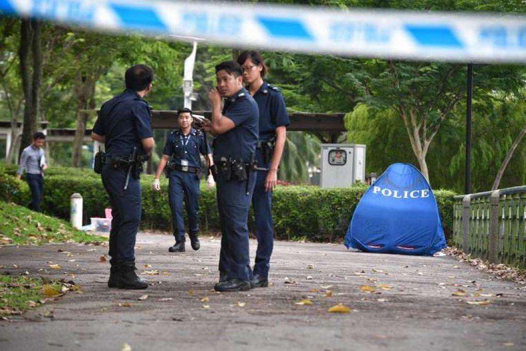 Pegawai polis dan sebuah khemah biru dilihat dekat Sungai Kallang, tempat mayat seorang wanita berusia 60 tahun itu ditemui.