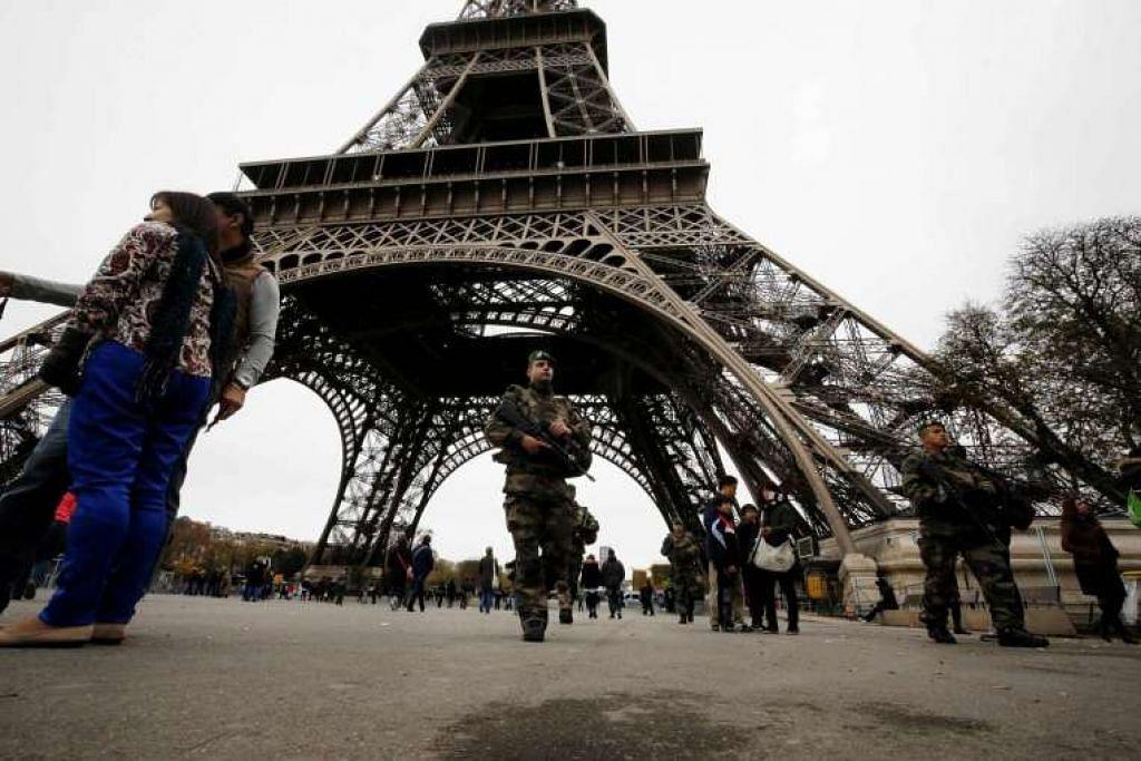 Askar Perancis mengawal di kawasan di kaki Menara Eiffel di Paris.