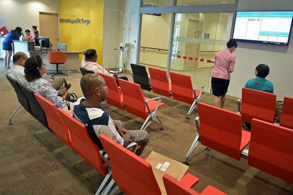 Pesakit menanti giliran mereka bertemu doktor di jabatan pembedahan ortopedik di Hospital Besar Ng Teng Fong General Hospital di Jurong East pada Jun 2015.