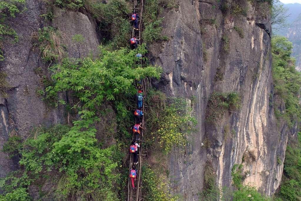 Kanak-kanak kampung Atuler mendaki anak-anak tangga kayu tua dan usang di tebing setinggi 800m untuk pulang ke rumah dari sekolah berasrama penuh mereka.
