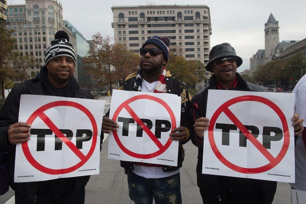 Penunjuk perasaan menentang perjanjian Perkongsian Rentas Pasifik (TPP) di Washington pada 14 Nov 2016. Bakal Presiden Donald Trump berjanji akan mengeluarkan Amerika daripada TPP pada hari pertama beliau masuk ke Rumah Putih.