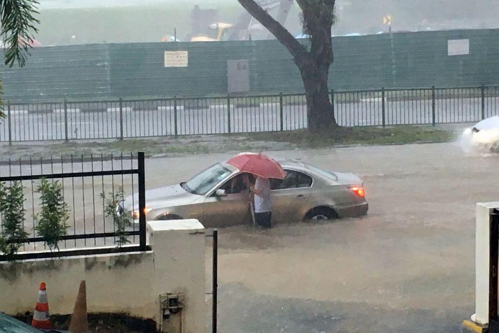 Sebuah kereta terkandas dalam banjir di Yio Chu Kang Road pada petang 5 Disember 2015 disebabkan hujan lebat. Copyright: AARON LOW