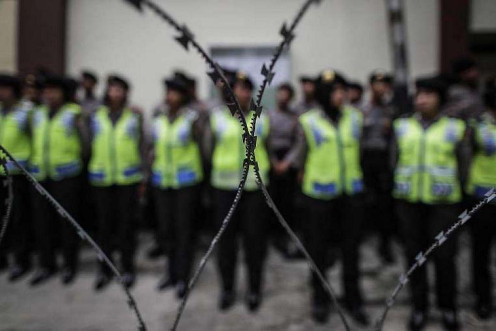 Polis Indonesia menangkap dua anggota sebuah sel pengganas berpangkalan di Majalengka, Jawa Barat,  yang mempunyai bahan letupan gred tentera dan kemahiran membuat bom.