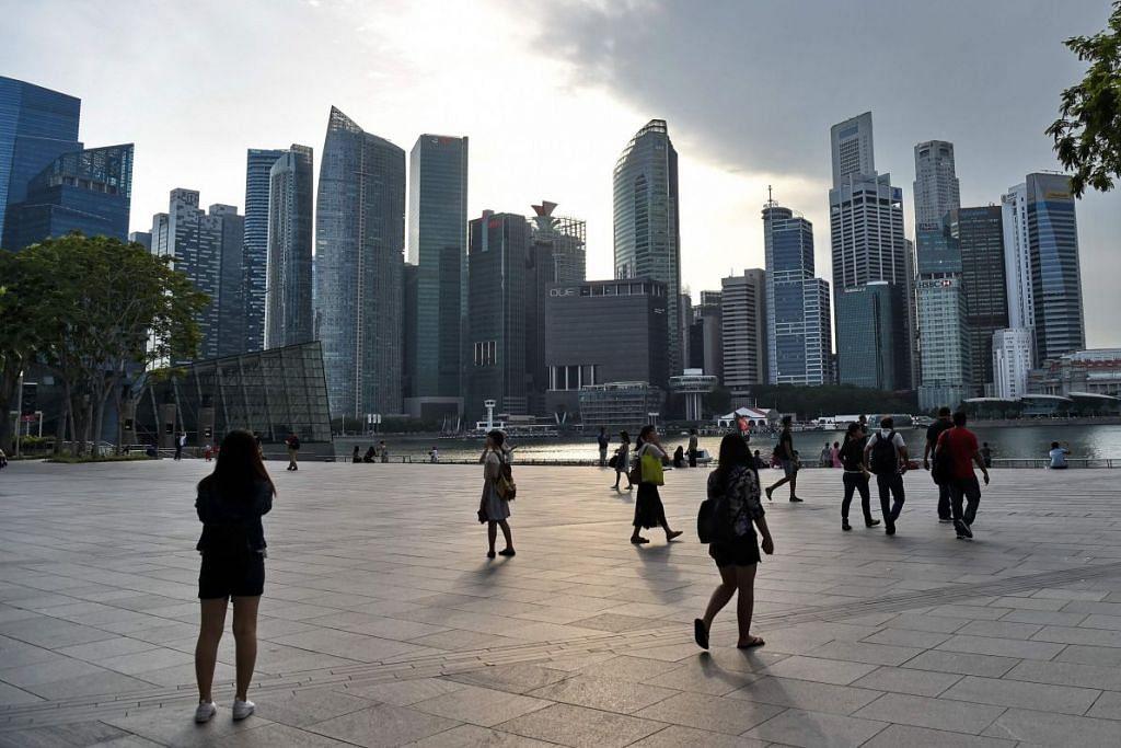 Kedudukan kewangan keluarga dan korporat Singapura berdaya tahan pada keseluruhannya dan terdapat penampan kewangan yang mencukupi untuk mereka mengharungi hambatan ekonomi, kata MAS.