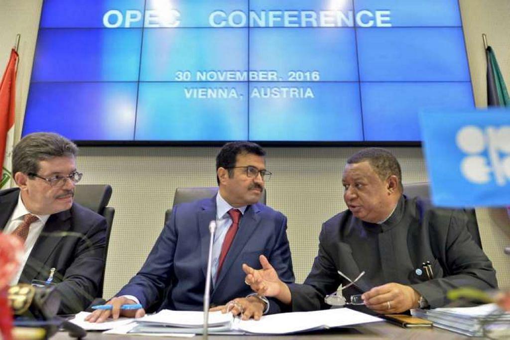 Setiausaha agung Opec dari Nigeria, Encik Mohammed Barkindo (kanan), pengerusi Lembaga Gabenor Opec dari Algeria, Encik Mohamed Hamel (kiri) dan presiden Opec, Encik Mohammed bin Saleh al-Sada, di mesyuarat pertubuhan itu di ibu pejabatnya di Vienna, Austria, pada 30 Nov 2016.
