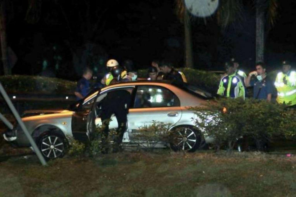 Pegawai polis menyiasat tempat kejadian di Ekspreswe Tun Dr Lim Chong Eu. PHOTO: STAR THE / ASIA NEWS NETWORK