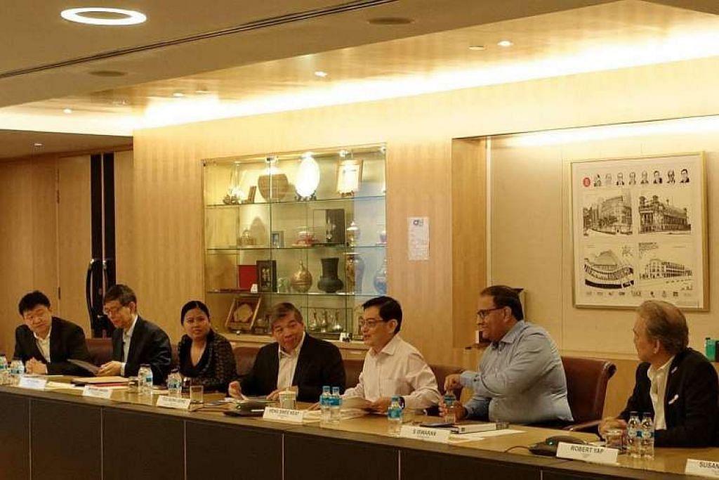 (Dari kiri) Pengasas yang juga pengerusi Garena, Encik Forrest Li; Ketua perkhidmatan awam, Encik Peter Ong; Pengarah Urusan Boston Consulting Group (Singapura), Cik Mariam Jaafar; Pengerusi Persekutuan Perniagaan Singapura, Encik Teo Siong Seng; Menteri Kewangan Heng Swee Keat; Menteri Perdagangan dan Perusahaan (Industri ) S. Iswaran; dan Presiden Persekutuan Majikan Nasional Singapura, Encik Robert Yap,  di mesyuarat kelima dan terakhir Jawatankuasa Ekonomi Masa Depan pada Khamis (1 Dis).