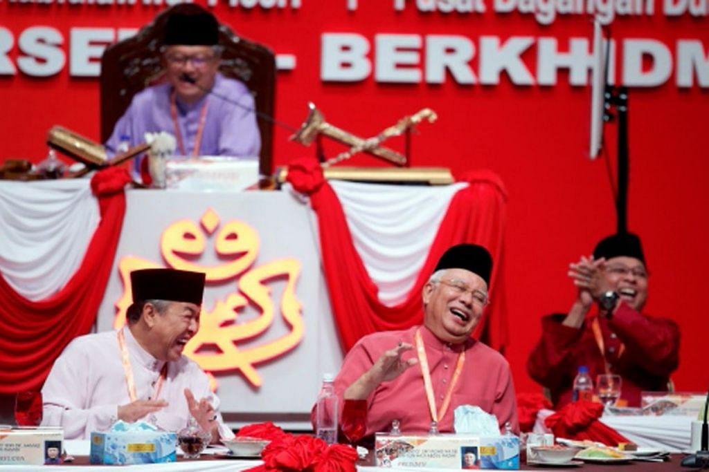 MENCUIT HATI: Presiden Umno, Datuk Seri Najib Razak (tengah), dan Naib Presiden yang menjalankan tugas-tugas Timbalan Presiden, Datuk Seri Dr Ahmad Zahid Hamidi (kiri), ketawa ketika mendengar pembahas usul dari Sabah berucap di Perhimpunan Agung Umno 2016 di Dewan Merdeka, Pusat Dagangan Dunia Putra (PWTC), semalam. – Foto NSTP