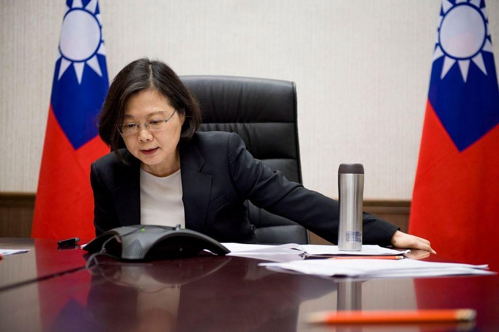 Presiden Taiwan, Cik Tsai Ing-wen, bercakap melalui telefon bersama bakal presiden Amerika, Encik Donald Trump, di pejabat beliau di Taipei pada 2 Dis.