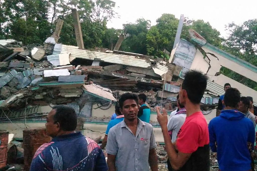 Antara rumah yang runtuh selepas gempa bumi melanda bandar Pidie, wilayah Aceh, pada 7 Disember 2016.