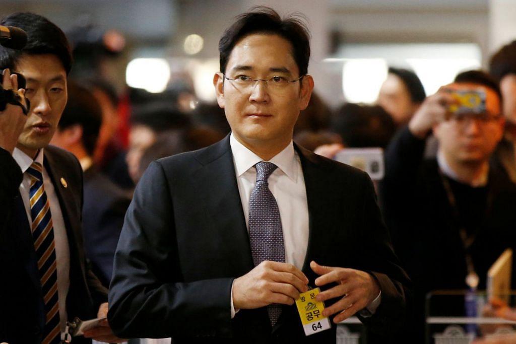 MEMBERI KETERANGAN: Encik Jay Y. Lee tiba di parlimen Korea Selatan untuk memberi keterangan. - Foto REUTERS