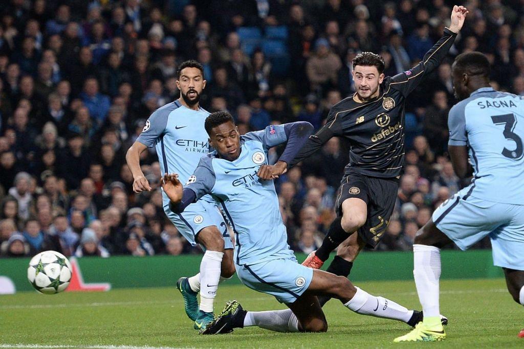 Patrick Roberts (jersi gelap) menendang bola melepasi pemain pertahanan Manchester City,  Oluwatosin Adarabioyo (tengah),  untuk menjaringkan gol Celtic dalam perlawanan Kumpulan C Liga Juara-Juara di  Stadium Etihad pada 6 Dis 2016.
