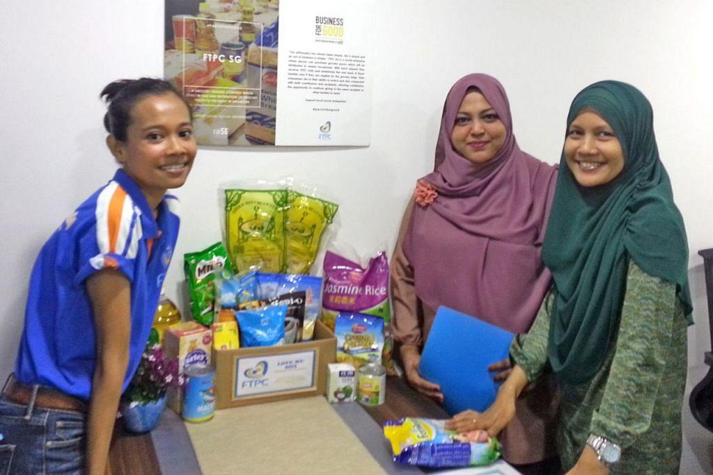 TANGAN YANG MENYAMPAIKAN: Cik Yasmin Osman (tengah) bersama dua sukarelawan di pejabat FTPC di Holland Drive, Cik Dze Adilah Abd Rahman (kanan) dan Cik Zana Jaafar, dengan contoh beg makanan asas untuk keluarga yang memerlukan. – Foto SUHAIMI MOHSEN