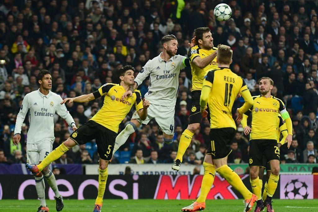Pemain pertahanan Real Madrid, Sergio Ramos (tiga dari kiri), bersaing dengan pemain pertahanan  Dortmund, Sokratis (empat dari kiri), semasa perlawanan Liga Juara-Juara di Stadium Santiago Bernabeu di Madrid pada 7 Disember 2016.