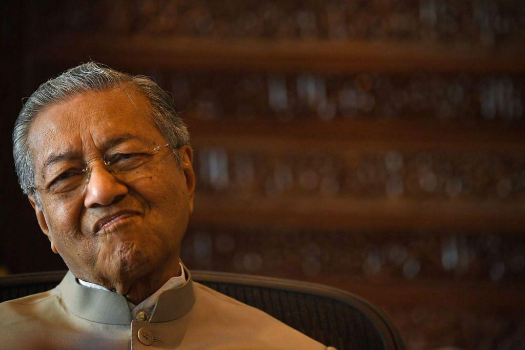 Tun Dr Mahathir Mohamad semasa temu bual dengan AFP di pejabat beliau di Putrajaya pada 6 Disember 2016.