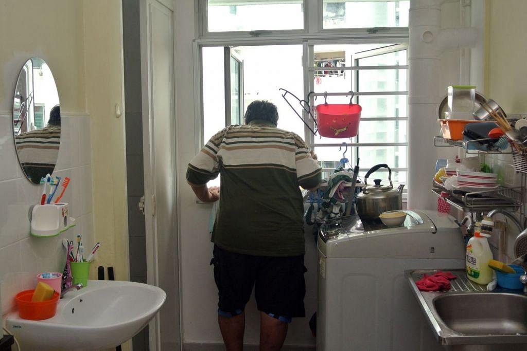 Encik Leck Wee Nee tidak boleh bekerja disebabkan masalah jantung dan tenakan darah tinggi. Beliau antara penerima bantuan ComCare.