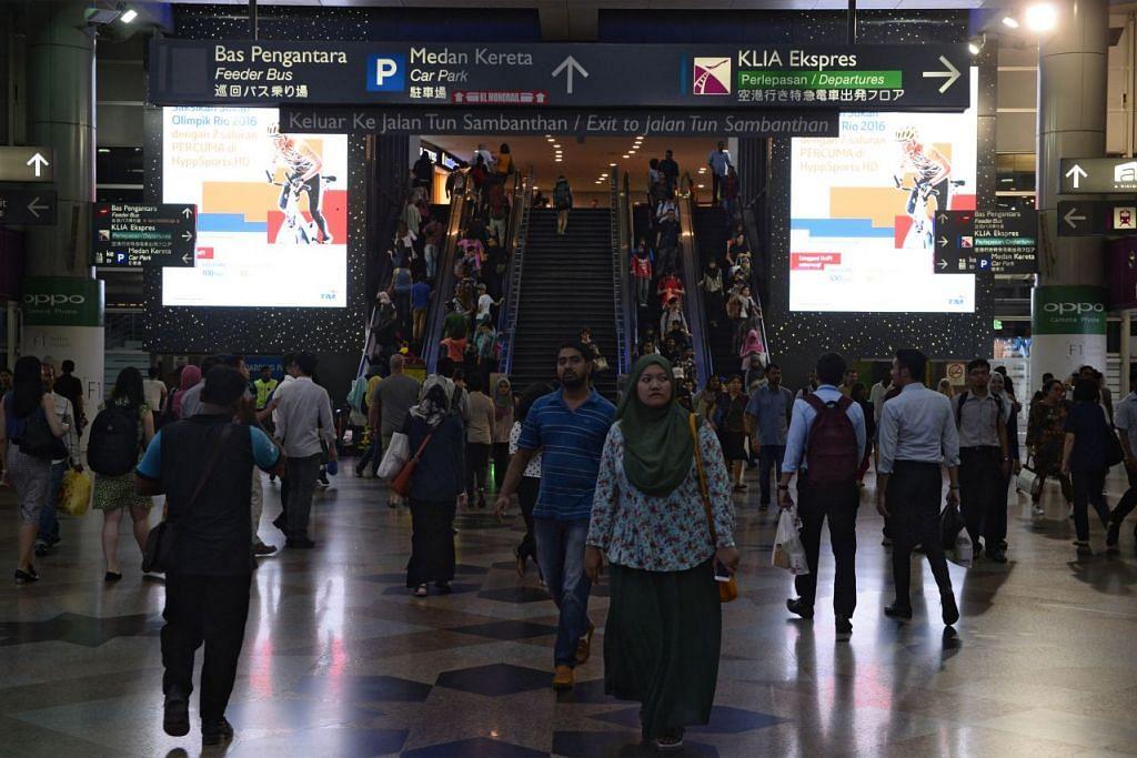 Penumpang di Stesen Kereta Api KL Sentral di Kuala Lumpur,  salah satu terminal bagi kereta api berkelajuan tinggi (HSR) KL-Singapura..