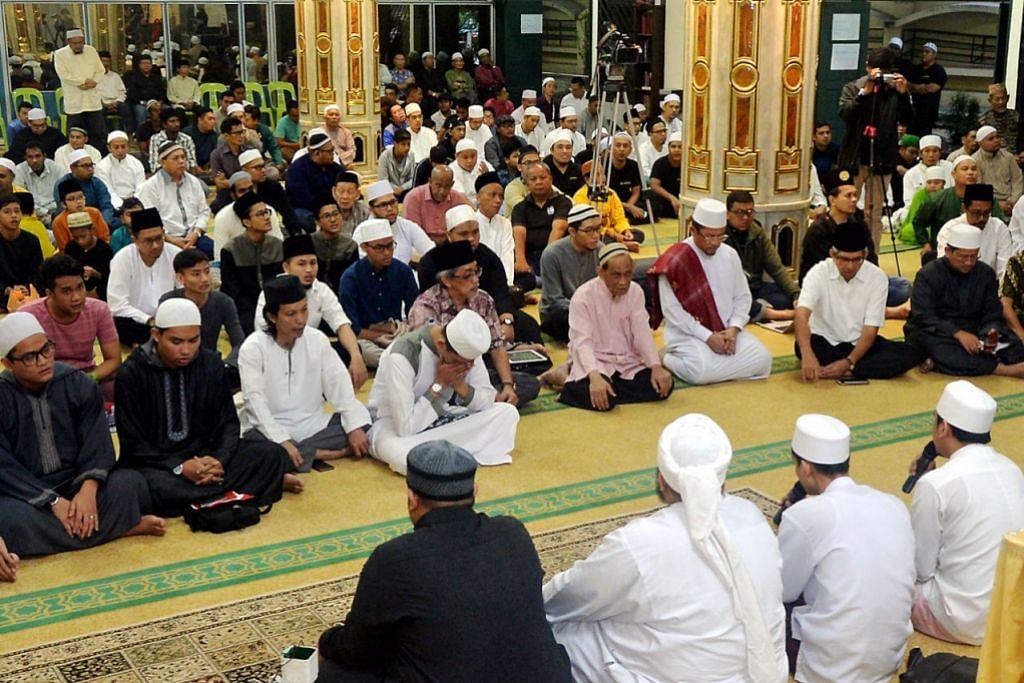 SELAWAT NABI: Dr Yaacob (dua dari kanan) bersama Mufti Dr Fatris Bakaram (kanan) antara mereka yang hadir di majlis sambutan Maulidur Rasul di Masjid Jamiyah Ar-Rabitah semalam. - Foto KHALID BABA