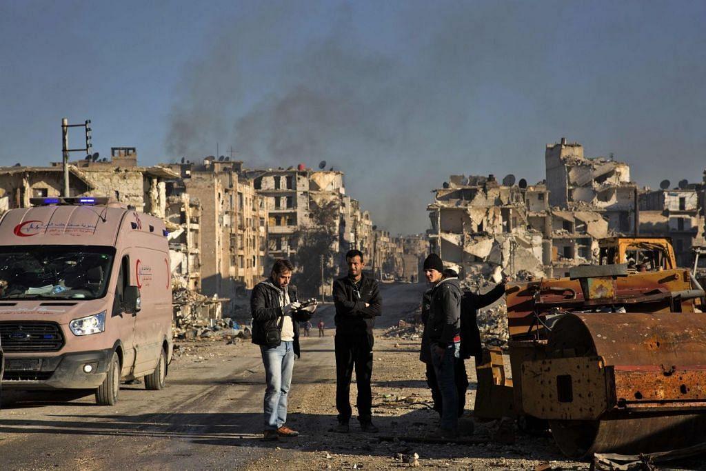SELAMATKAN DIRI: Sekumpulan warga Syria berkumpul di kawasan kejiranan al-Amiriyah yang dikuasai kumpulan penentang, sementara menunggu untuk diselamatkan dan dipindahkan ke kawasan yang dikuasai pemerintah di Ramoussa di pinggir timur bandar itu semalam. Sumber tentera Syria mengesahkan bahawa satu perjanjian telah dicapai selepas rancangan menyelamat pertama gagal sehari sebelumnya di tengah-tengah serangan yang kembali bermula. Stesen televisyen pemerintah Syria melaporkan terdapat sekitar 4,000 penentang bersenjata dan ahli keluarga mereka perlu diselamatkan.  - Foto AFP