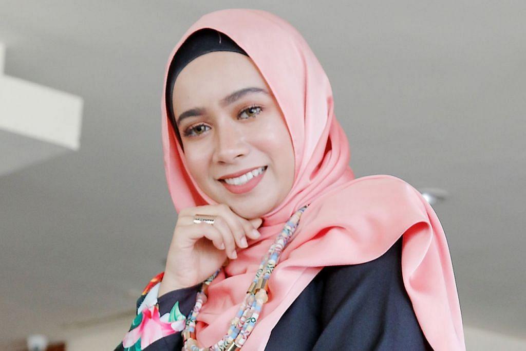 SELANGKAH DEMI SELANGKAH: Amira Othman fokus pada satu persatu tugasan yang diamanahkan dengan keutamaan diberikan pada bidang nyanyian meskipun diberi peluang mengacara dan berlakon. – Foto FARAH REZAL